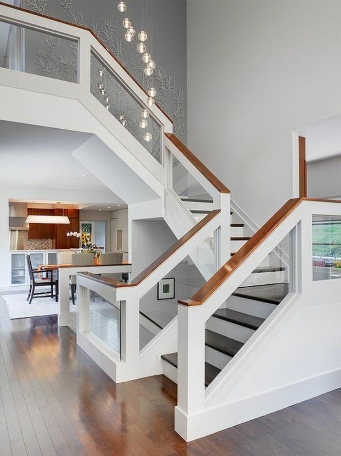 treppe-mit-glasgeländer-weiß-mit-holz-brüstung