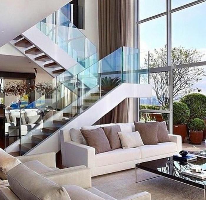 treppe-mit-glasgeländer-wohnzimmer-design