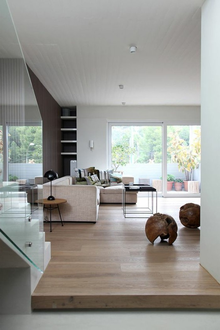 treppe wohnzimmer:treppe-mit-glasgeländer-wohnzimmer-mit-parketboden