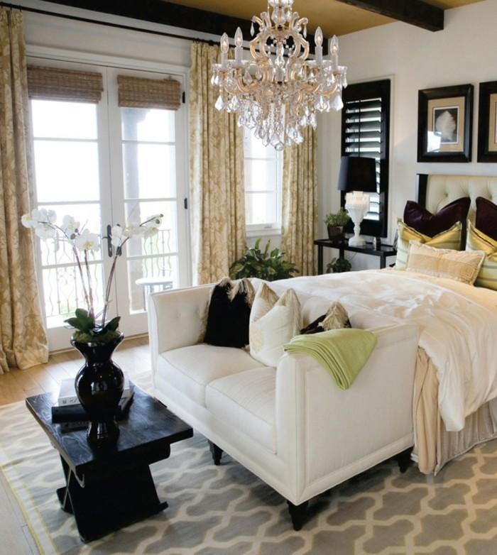 unikal-gestaltetes-schlafzimmer-mit-einem-kristalleuchter