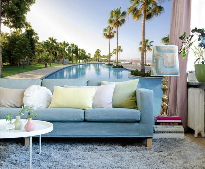 unikale-fototapeten-mit-exotischer-thematik-unikales-wohnzimmer-blaues-sofa