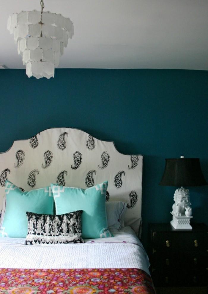 unikales-design-kronleuchter-im-kleinen-schönen-schlafzimmer