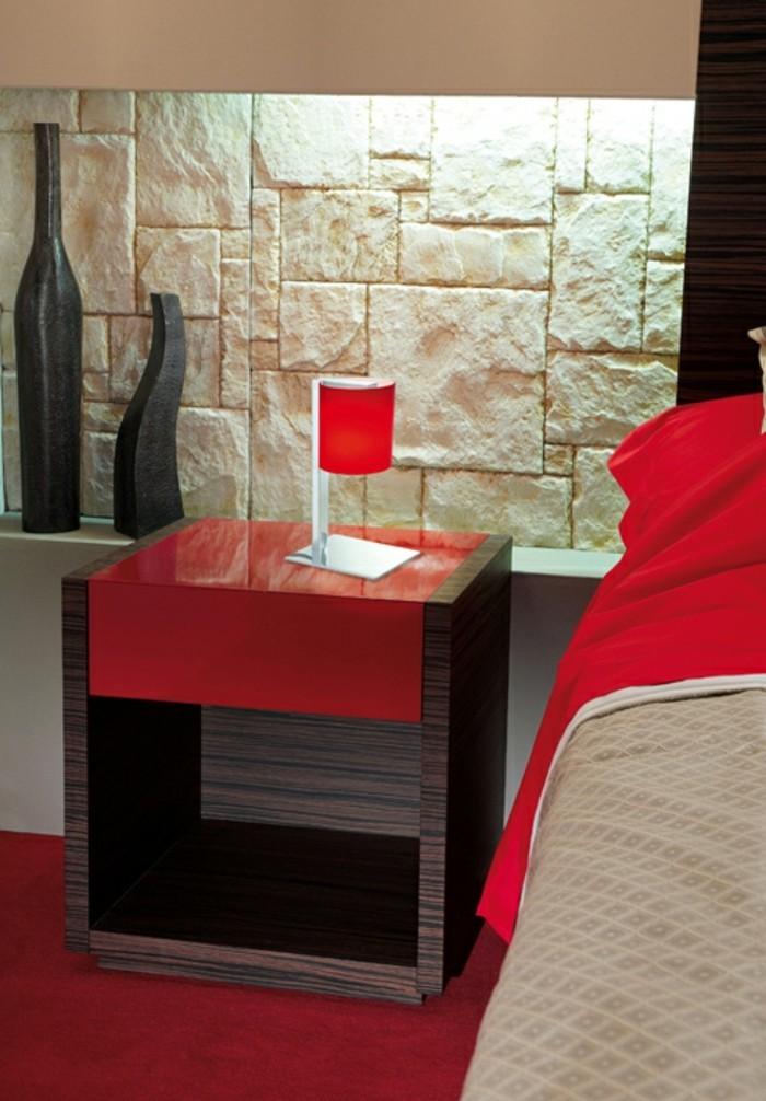 unikales-design-schlafzimmer-lampe-in-rot-auf-einem-nachttisch