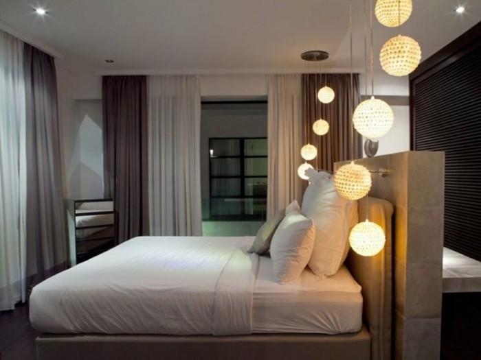 unikales-schlafzimmer-mit-hängeleuchten