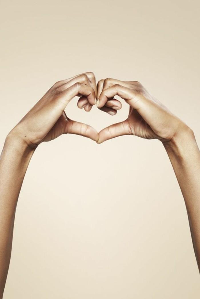 valentinstag-bilder-zwei-hände-in-der-form-vom-herzen