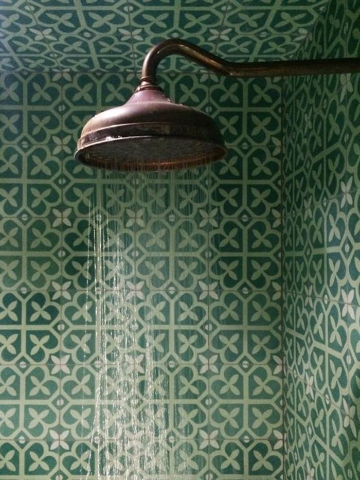 vintage-Badezimmer-Interieur-retro-Modell-Dusche-grüne-Badfliesen