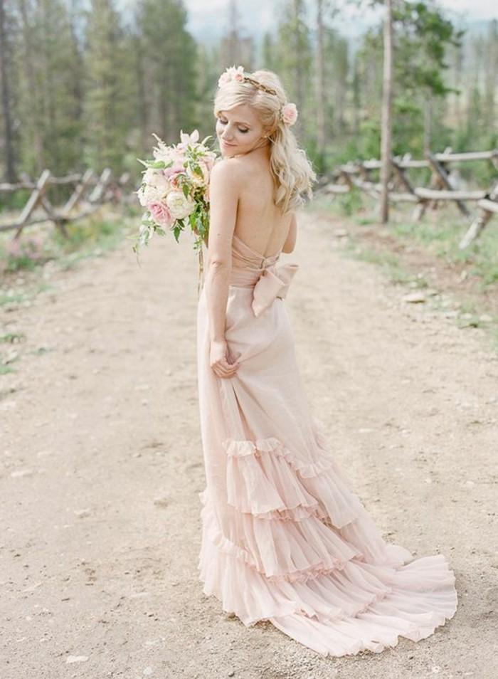 plissiertes Rosa Brautkleid mit Schleife, Haarmuck für Boho Hochzeit