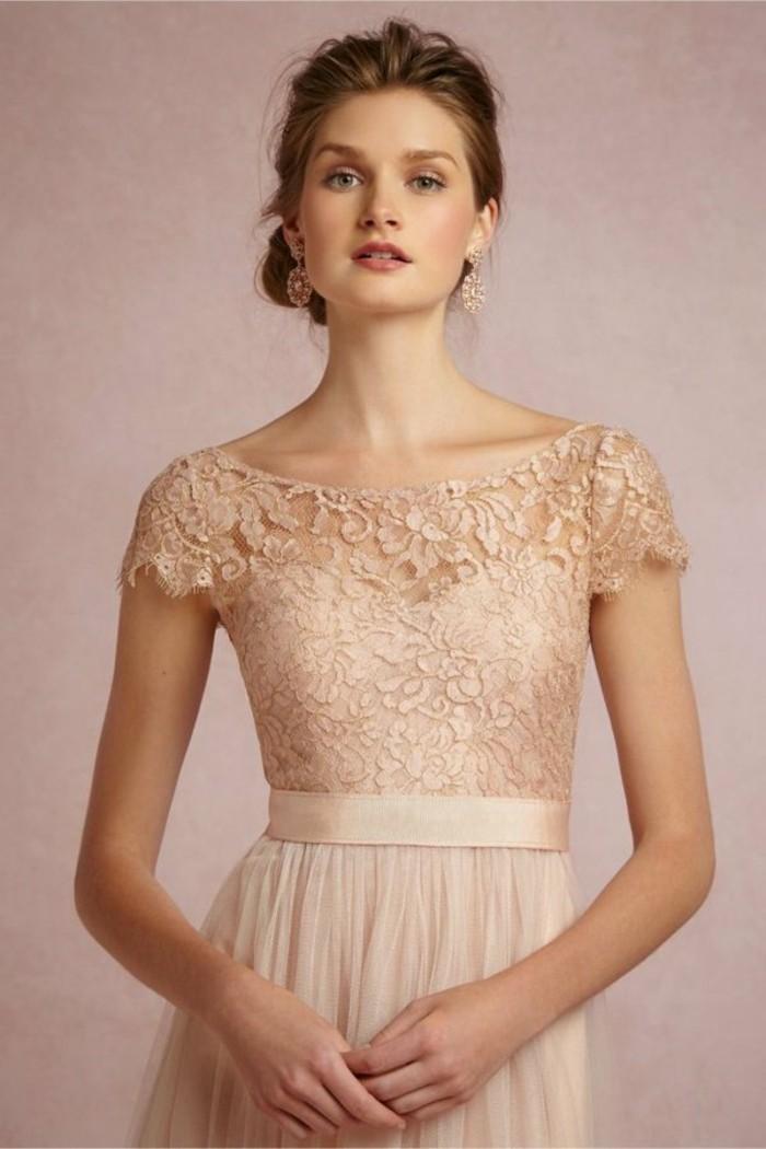 Zum Hochzeitskleid sollten Sie einen passenden Braustrauß auswählen