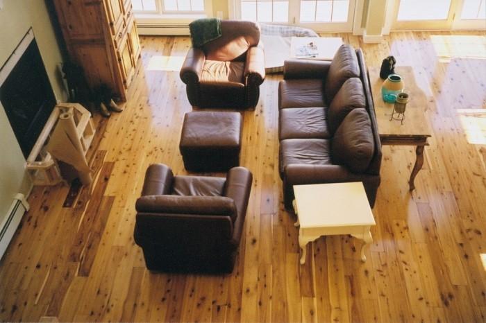 vinyl-laminat-bodenbelag-im-wohnzimmer-foto-von-oben-genommen