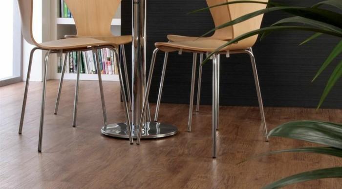 vinyl-laminat-bodenbelag-tolles-zimmer-mit-modernen-stühlen