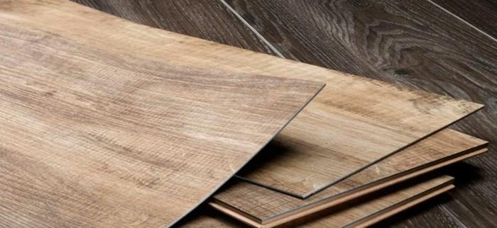 vinylboden-verlegen-ein-paar-stücke-nebeneinander