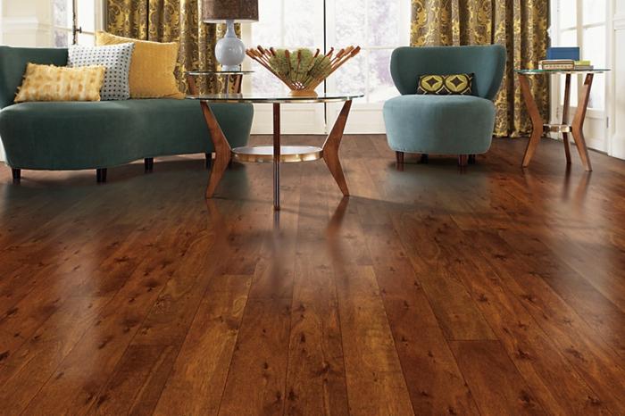 vinylboden-verlegen-elegantes-wohnzimmer-mit-zwei-stühlen