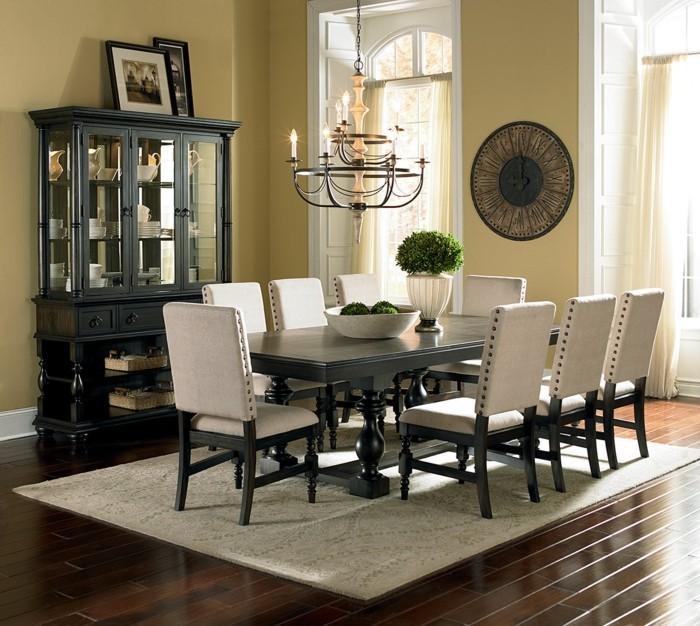 vinylboden-verlegen-schöne-weiße-stühle-im-esszimmer