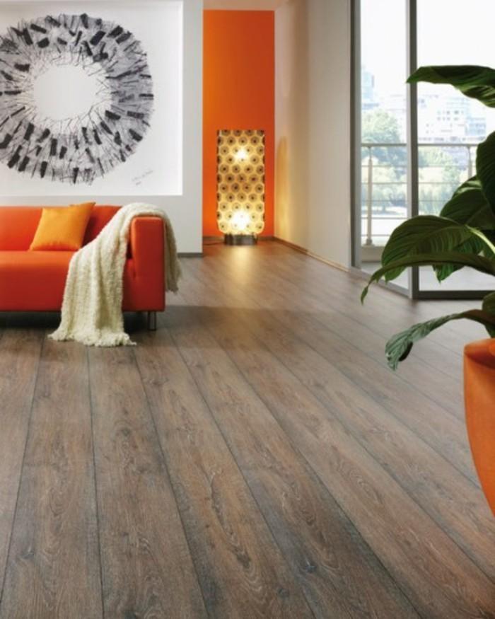 vinylboden-verlegen-wunderschönes-modell-wohnzimmer-orange-sofa