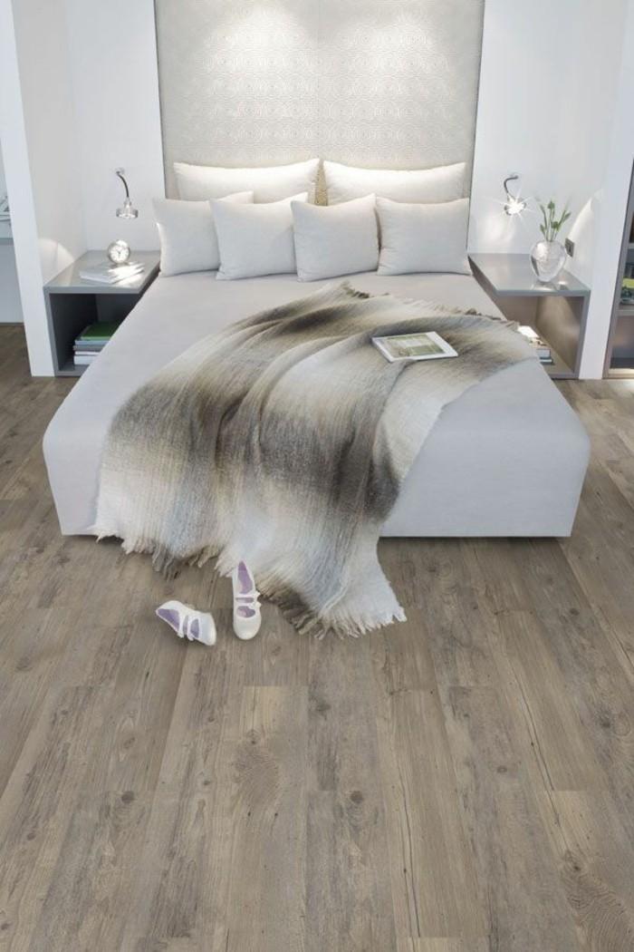 vinylboden-weißes-schlafzimmer-mit-einem-schönen-bett