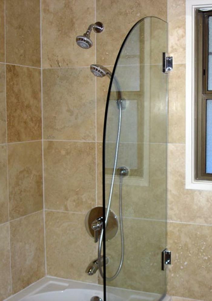 walk-in-dusche-aus-glas-interessantes-modell-im-kleinen-badezimmer