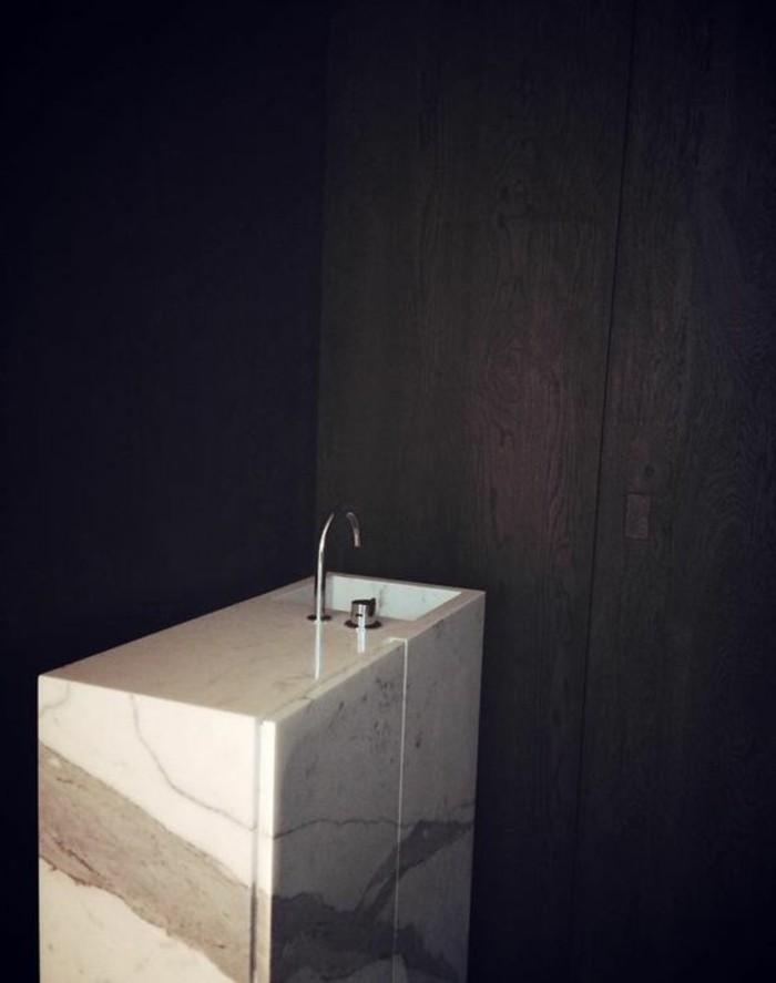 waschtischkonsole-selber-bauen-wunderschöne-ausstattung-schwarze-wand