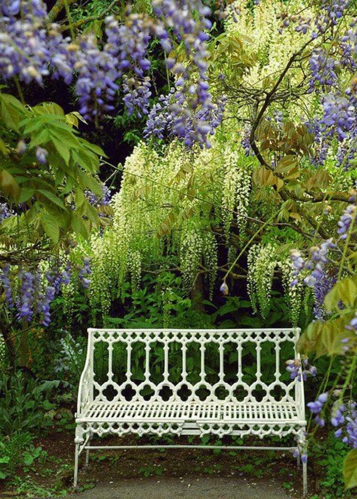 weiße-Gartenbank-Metall-mit-schönen-Ornamenten