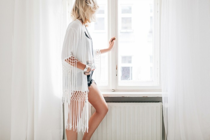 weiße-Kimono-Jacke-mit-Fransen