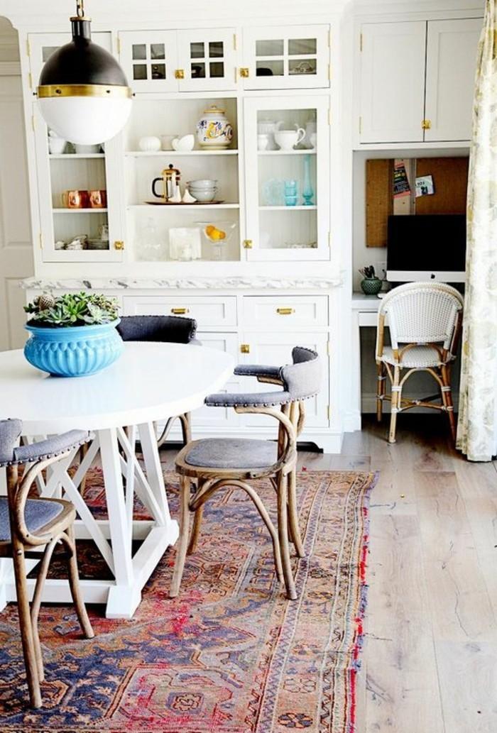 weiße-Möbel-vintage-Teppich-retro-Stühle