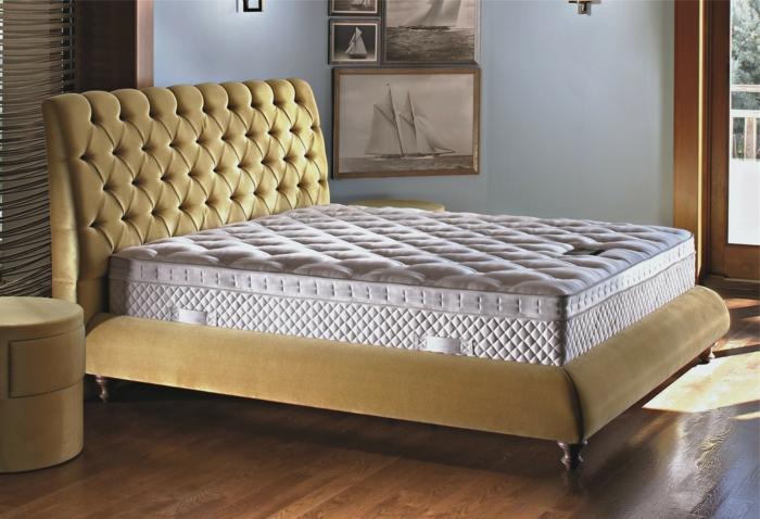 weiße-matratze-elegantes-bett-mit-stauraum-im-kleinen-schlafzimmer