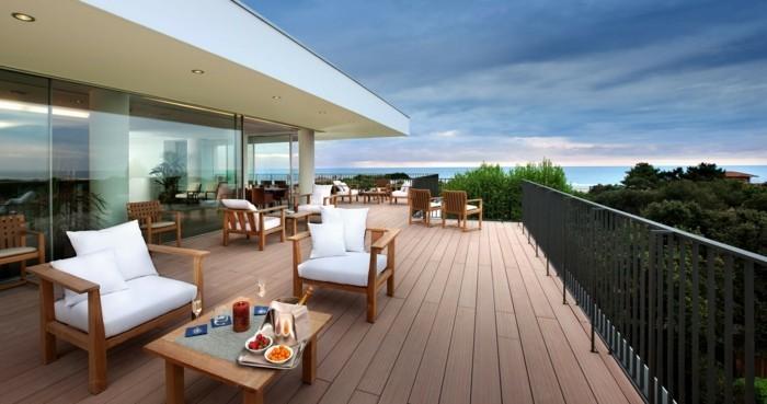 weiße-stühle-auf-der-modernen-terrasse-herrliches-ambiente