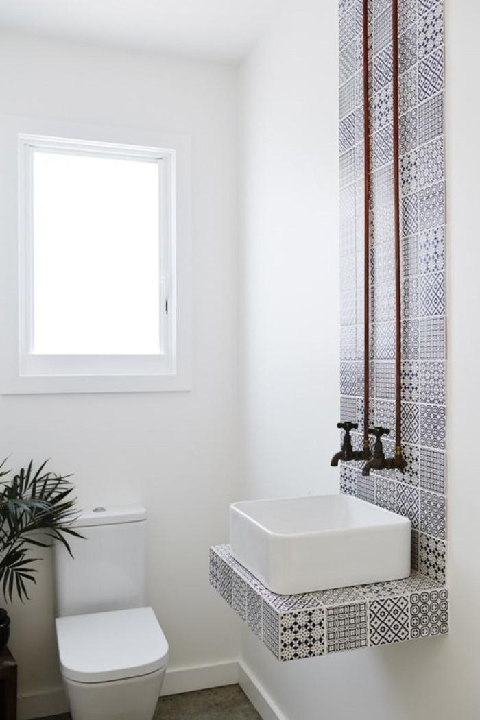 weißes-Badezimmer-Interieur-mit-orientalischen-Motiven