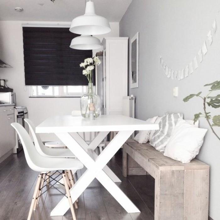 weißes-Esszimmer-Interieur-Designer-Stühle-hölzerne-Sitzbank