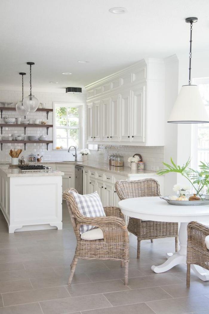 weißes-Interieur-Rattan-Esszimmerstühle-runder-Esstisch