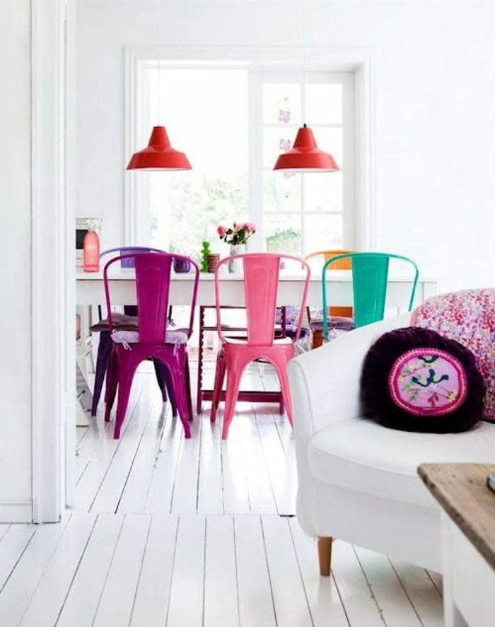weißes-Interieur-farbige-Akzente-bunte-Stühle