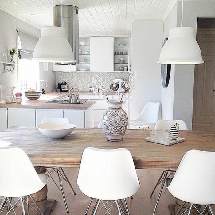 weißes-Küchen-Interieur-moderne-weisse-Stühle