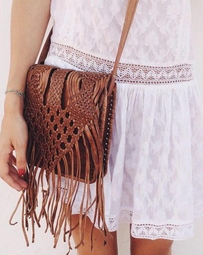 weißes-Kleid-mit-Spitze-kombiniert-mit-brauner-Handtasche-aus-Leder