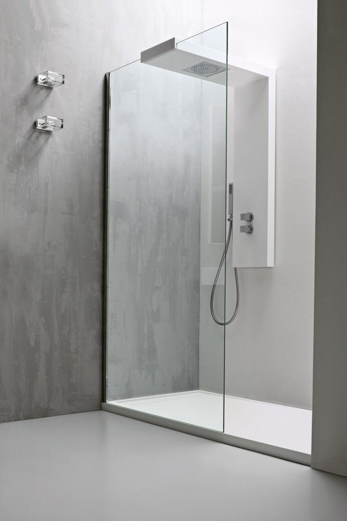 weißes-minimalistisches-badezimmer-mit-schöner-duschkabine-aus-glas