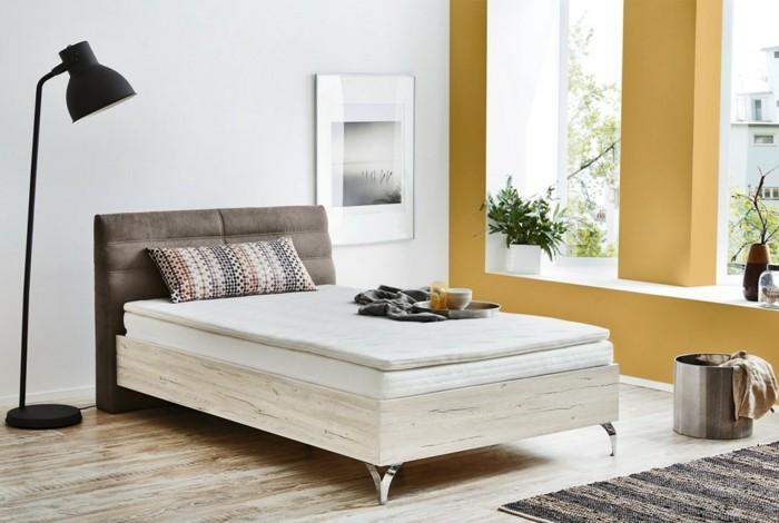 weißes-modell-schlafzimmer-polsterbett-mit-bettkasten-stehende-lampe