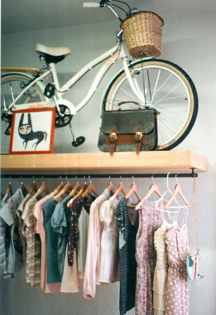weißes-vintage-Fahrrad-mit-Korb