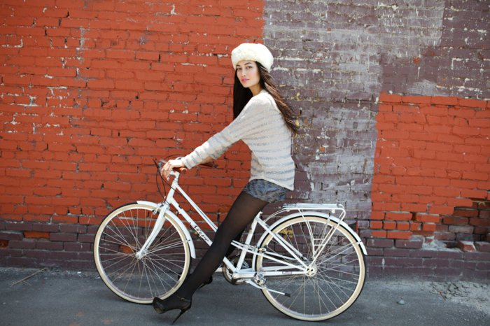 weißes-vintage-Fahrrad-mit-schönem-Design