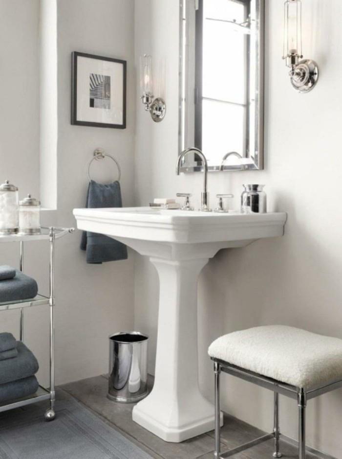 weißes-waschbecken-im-kleinen-badezimmer-eleganter-spiegel