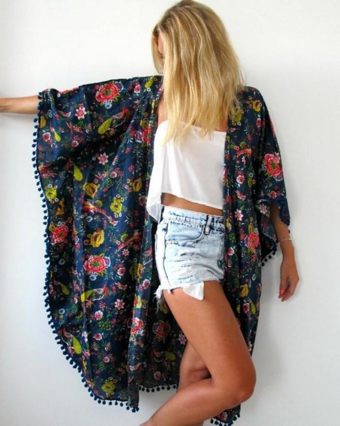 weibliches-Modell-Kimono-mit-Blumen-Muster