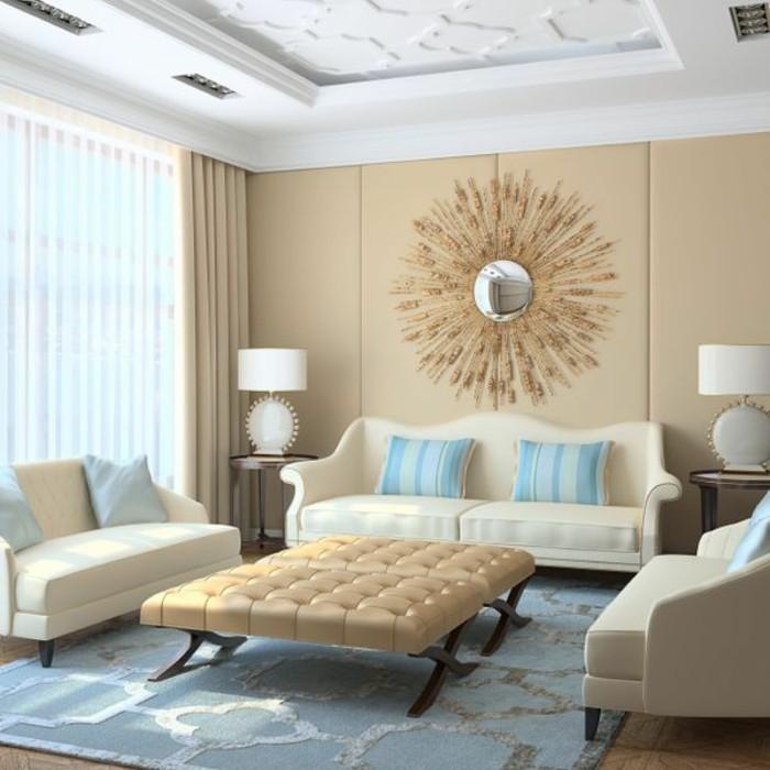 wohnzimmer-in-beige-akzent-an-der-wand-blaue-kissen-großer-kaffeetisch