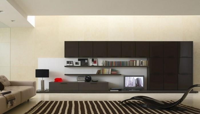 wohnzimmer-in-beige-interessanter-stulh-moderner-teppich