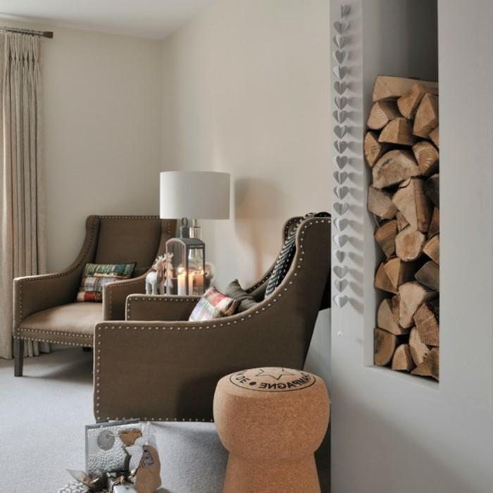 wohnzimmer-in-beige-kleines-modell-zwei-sessek-und-eine-weiße-lampe