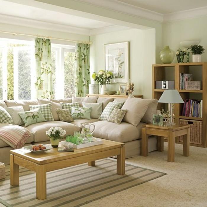 wohnzimmer-in-beige-mit-weißen-gardinen-und-hölzernem-nesttisch