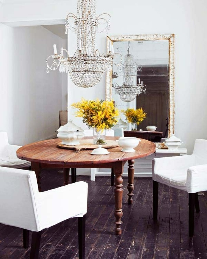 wunderschöne-antike-möbel-runder-hölzerner-tisch-und-eleganter-kronleuchter
