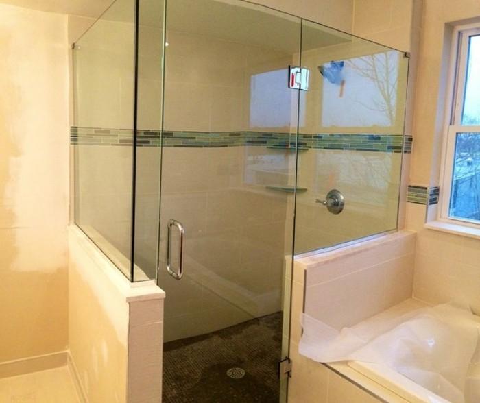 wunderschöne-duschkabine-aus-glas-im-kleinen-badezimmer