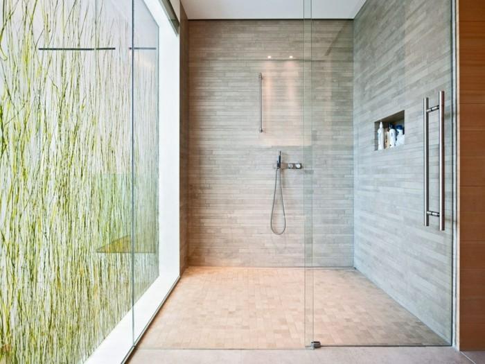 wunderschöne-glaswand-dusche-im-luxus-badezimmer