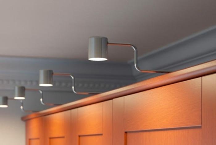 wunderschöne-integrierte-beleuchtung-im-attraktiven-ankleidezimmer