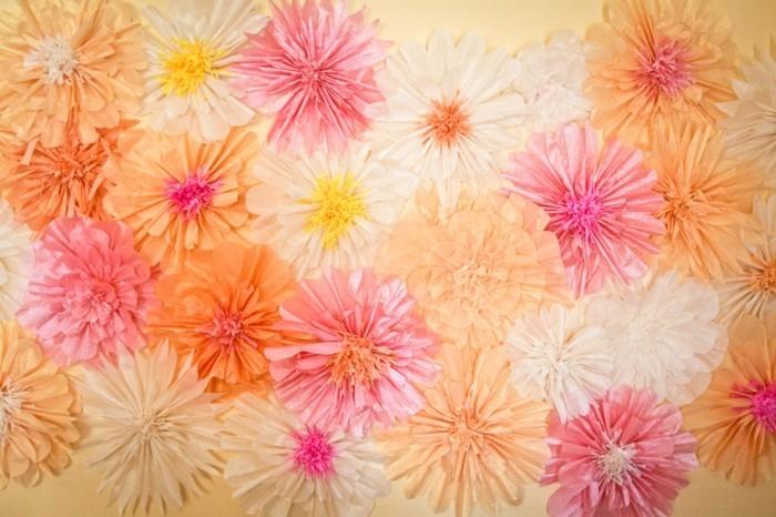 wunderschöne-papierblumen-foto-von-oben-genommen-frische-farben