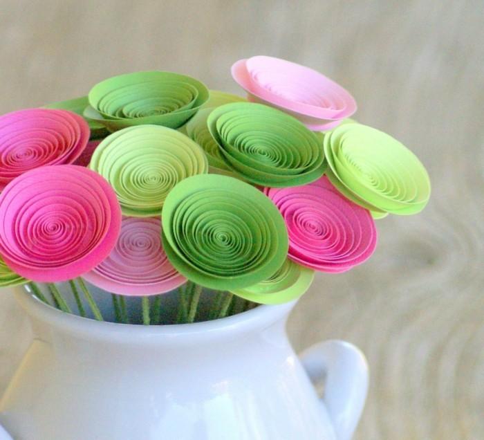 wunderschöner-blumenstrauß-in-bunten-farben-weiße-vase