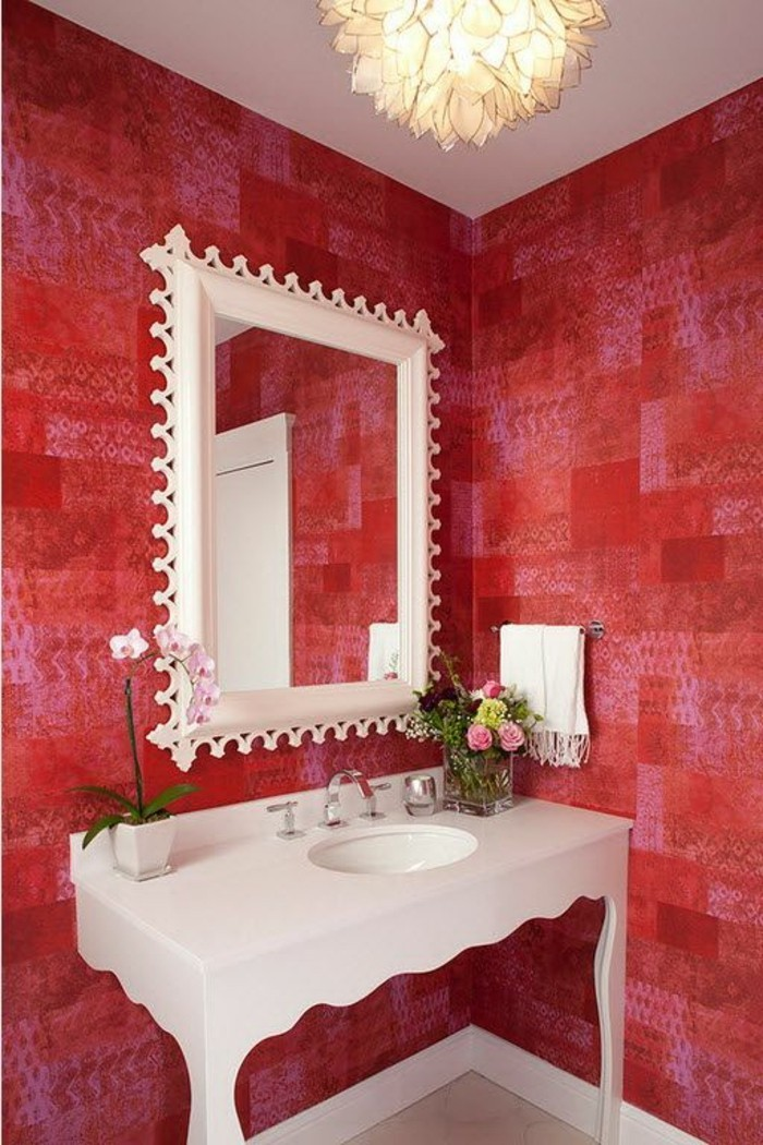 mitweißemrahmenanderwandimkleinenbadezimmerwaschtischplatte