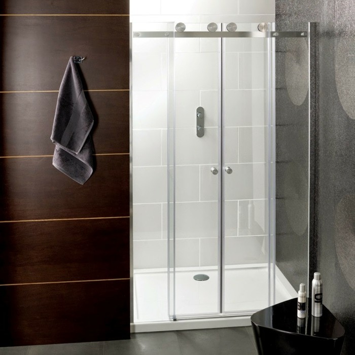wunderschönes-kleines-bad-mit-gläserner-duschabtrennung
